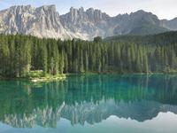 Il Latemar si specchia nel lago di Carezza