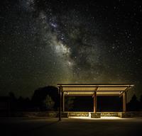 Starry night over bus stop 11098068284| 写真素材・ストックフォト・画像・イラスト素材|アマナイメージズ
