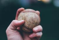 Hand holding baseball 11098069113| 写真素材・ストックフォト・画像・イラスト素材|アマナイメージズ