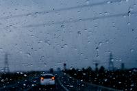 Rain drops on windshield in car 11098069405| 写真素材・ストックフォト・画像・イラスト素材|アマナイメージズ