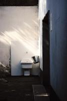 Sink in abandoned building 11098069482| 写真素材・ストックフォト・画像・イラスト素材|アマナイメージズ