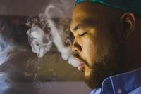 Portrait of smoking man 11098069901| 写真素材・ストックフォト・画像・イラスト素材|アマナイメージズ