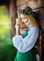 Portrait of woman in traditional folk dress hugging kitten 11098070008| 写真素材・ストックフォト・画像・イラスト素材|アマナイメージズ