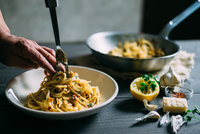 Man preparing pasta dish 11098070934| 写真素材・ストックフォト・画像・イラスト素材|アマナイメージズ