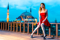 Young woman in red dress posing against mosque building, Istanbul, Turkey 11098072776| 写真素材・ストックフォト・画像・イラスト素材|アマナイメージズ