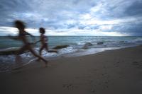 Two women running on Lake Huron beach, Ontario, Canada 11098073136| 写真素材・ストックフォト・画像・イラスト素材|アマナイメージズ