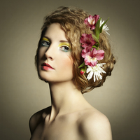 Beautiful young woman with delicate flowers in their hair 11098073602| 写真素材・ストックフォト・画像・イラスト素材|アマナイメージズ