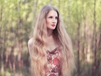 Beautiful young woman in summer garden 11098073696| 写真素材・ストックフォト・画像・イラスト素材|アマナイメージズ
