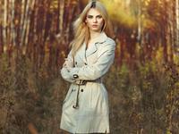 Portrait of young beautiful woman in autumn cloak 11098073787| 写真素材・ストックフォト・画像・イラスト素材|アマナイメージズ