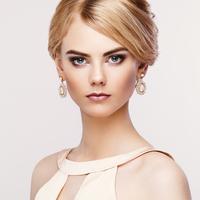 Portrait of beautiful sensual woman with elegant hairstyle 11098073814| 写真素材・ストックフォト・画像・イラスト素材|アマナイメージズ