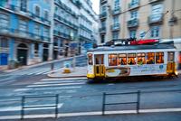 Lisbon Tram at Fu 11098073995| 写真素材・ストックフォト・画像・イラスト素材|アマナイメージズ
