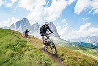 Mountainbiking in the Dolomites 11098075000| 写真素材・ストックフォト・画像・イラスト素材|アマナイメージズ