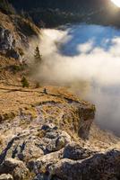Trail Running above the Clouds 11098075144| 写真素材・ストックフォト・画像・イラスト素材|アマナイメージズ