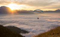 Sunset Paragliding above the Clouds 11098075177| 写真素材・ストックフォト・画像・イラスト素材|アマナイメージズ