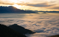 Sunset Paragliding above the Clouds 11098075178| 写真素材・ストックフォト・画像・イラスト素材|アマナイメージズ