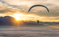 Sunset Paragliding above the Clouds 11098075179| 写真素材・ストックフォト・画像・イラスト素材|アマナイメージズ