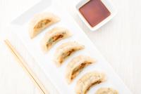 Dumplings and soy sauce 11098075239| 写真素材・ストックフォト・画像・イラスト素材|アマナイメージズ