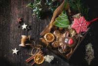 Christmas Handmade patterned gingerbreads 11098075428| 写真素材・ストックフォト・画像・イラスト素材|アマナイメージズ