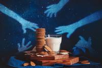 Midnight cookie theft 11098075876| 写真素材・ストックフォト・画像・イラスト素材|アマナイメージズ