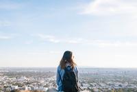 Young woman hiking 11098076122| 写真素材・ストックフォト・画像・イラスト素材|アマナイメージズ
