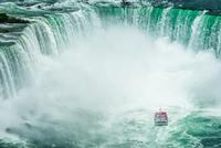 Chasin' Waterfalls 11098076461| 写真素材・ストックフォト・画像・イラスト素材|アマナイメージズ