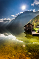 Old wooden haven at mountain lake 11098076469| 写真素材・ストックフォト・画像・イラスト素材|アマナイメージズ
