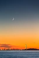Statue of Liberty under a new moon 11098076478| 写真素材・ストックフォト・画像・イラスト素材|アマナイメージズ