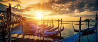 Panoramic view of Venice with gondolas at sunrise 11098076498| 写真素材・ストックフォト・画像・イラスト素材|アマナイメージズ
