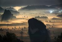 Moonlit Foggy Valley 11098076600| 写真素材・ストックフォト・画像・イラスト素材|アマナイメージズ