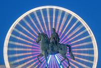 Statue of King Louis XIV by night 11098076653| 写真素材・ストックフォト・画像・イラスト素材|アマナイメージズ