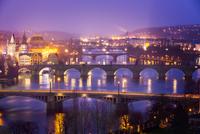 Vltava (Moldau) River at Prague with Charles Bridge at dusk, Cze 11098076674| 写真素材・ストックフォト・画像・イラスト素材|アマナイメージズ