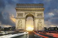 View of famous Arc de Triomphe at sunset 11098076721| 写真素材・ストックフォト・画像・イラスト素材|アマナイメージズ