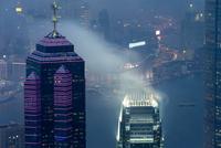Skyscraper in fog 11098077011| 写真素材・ストックフォト・画像・イラスト素材|アマナイメージズ