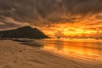 Golden Sunset at Selong Belanak Beach, Lombok 11098077141| 写真素材・ストックフォト・画像・イラスト素材|アマナイメージズ