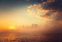 Beautiful cloudscape over the sea 11098078038| 写真素材・ストックフォト・画像・イラスト素材|アマナイメージズ