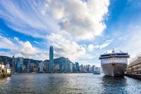 Cruise Terminal at Victoria Harbor of Hong Kong 11098078151| 写真素材・ストックフォト・画像・イラスト素材|アマナイメージズ
