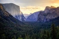 Sunrise on Yosemite Valley 11098078232| 写真素材・ストックフォト・画像・イラスト素材|アマナイメージズ