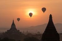 Balloons over Bagan, Myanmar 11098078244| 写真素材・ストックフォト・画像・イラスト素材|アマナイメージズ