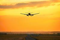 Airplane is landing 11098078294| 写真素材・ストックフォト・画像・イラスト素材|アマナイメージズ