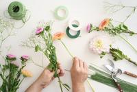 Man arranging flowers 11098078399| 写真素材・ストックフォト・画像・イラスト素材|アマナイメージズ