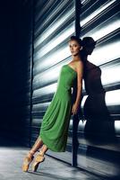 Young beautiful ballerina posing at night 11098078427| 写真素材・ストックフォト・画像・イラスト素材|アマナイメージズ