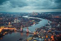 London at the dusk 11098078428| 写真素材・ストックフォト・画像・イラスト素材|アマナイメージズ