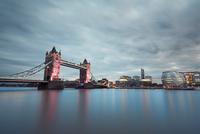 London at the dusk 11098078429| 写真素材・ストックフォト・画像・イラスト素材|アマナイメージズ