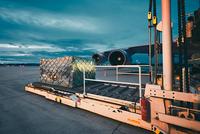Cargo airplane at the dusk 11098078445| 写真素材・ストックフォト・画像・イラスト素材|アマナイメージズ