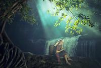Asian woman sitting alone at the waterfall 11098078458| 写真素材・ストックフォト・画像・イラスト素材|アマナイメージズ