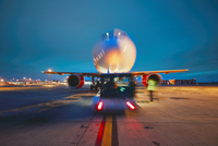 Airport in the night 11098078477| 写真素材・ストックフォト・画像・イラスト素材|アマナイメージズ