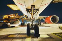 Airport in the night 11098078478| 写真素材・ストックフォト・画像・イラスト素材|アマナイメージズ