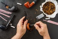 Man cleaning his pipes 11098078481| 写真素材・ストックフォト・画像・イラスト素材|アマナイメージズ