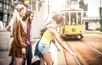 Group of teens waiting the tram 11098078496| 写真素材・ストックフォト・画像・イラスト素材|アマナイメージズ
