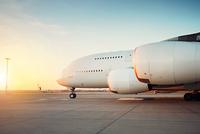 Huge airplane at the sunset 11098078504| 写真素材・ストックフォト・画像・イラスト素材|アマナイメージズ